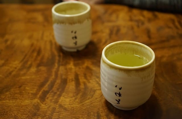 Biar kamu tetap cantik dan mempesona, hindarilah stress dengan mengonsumsi teh hijau. Kandungan L-teanin pada teh hijau mampu mengurangi dan mencegah stres