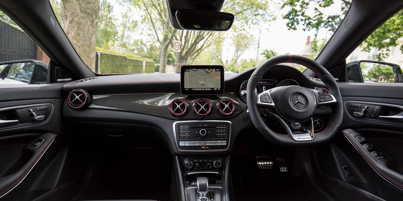 Mercedes-AMG CLA45 2017 là một chiếc xe thông minh và có nhiều tính năng đi kèm