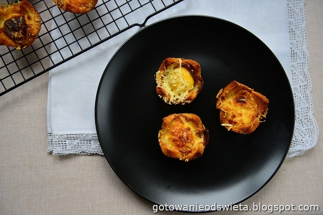 Croque Madam Muffins z sosem beszamelowym
