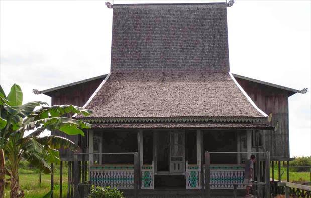 Indonesia juga mempunyai pasar apung yang terletak di Kota Banjarmasin Rumah Adat Kalimantan Selatan, Nama, Gambar, dan Penjelasannya