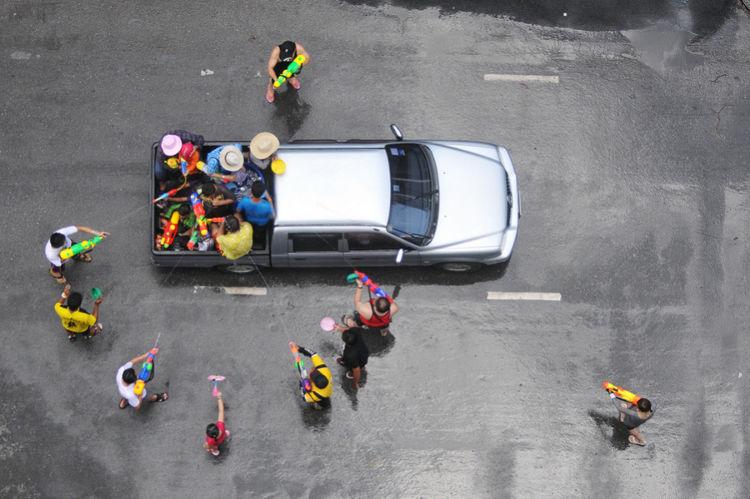 окружили машину и обстреливают из водяных пистолетов