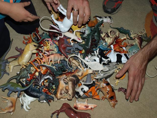 Τι να παίξουμε με τα πλαστικά ζωάκια μας!