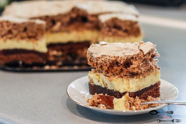 ciasta i desery, ciasto na biszkopcie, czekoladowy biszkopt, ciasto z bezą, ciasto z masą budyniową, ciasto z galaretką, ciasto z truskawkami, pyszne ciasto z kremem,