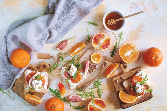 Śniadaniowe tosty z czerwoną pomarańczą i kozim twarożkiem