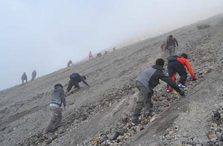 6 Tips Mendaki Gunung Saat Musim Hujan