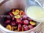 Gem de prune preparare reteta - turnam zeama de lamaie peste jumatatile de fruct fara sambure