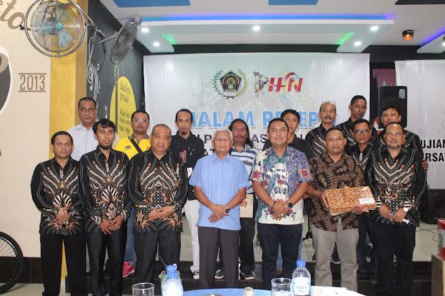 Wakil Bupati Asahan Surya, Kapolres Asahan AKBP Faisal Napitupulu foto bersama pengurus PWI dan juara lomba karya tulis.