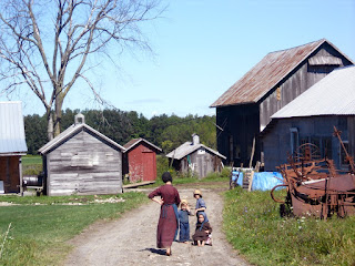Wikipedia: An Amish farm near Morristown in New York State.