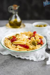 Sałatka z papryką i makaronem