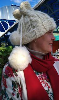 mulher vestindo gorro de lã de ovelha