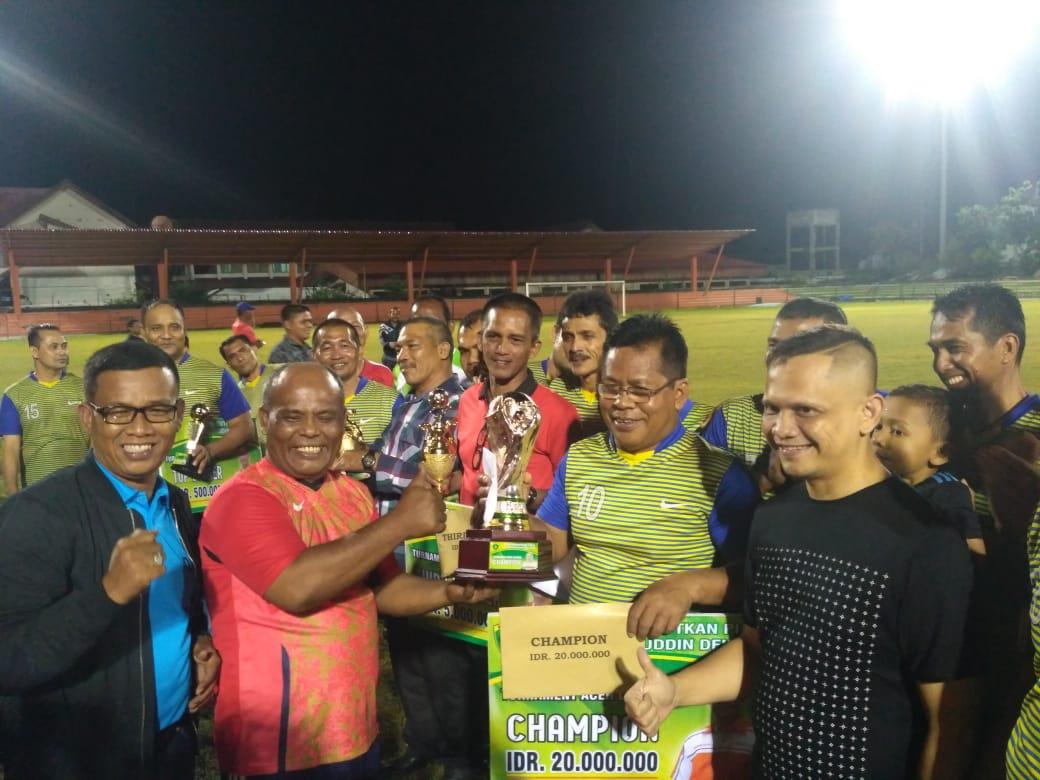 Walikota Banda Aceh Serah Piala Alfc Owner Persiraja The Atjeh Net