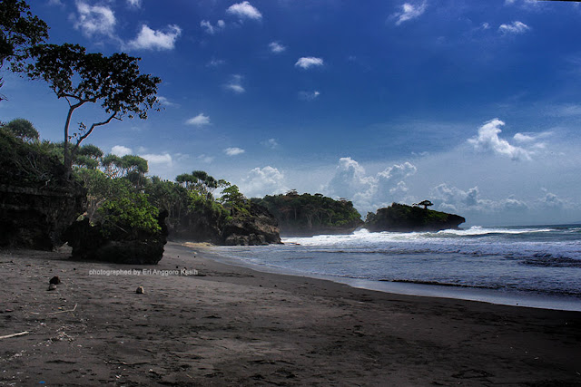 Jejeran bukit karang di sepanjang Pantai Madasari.
