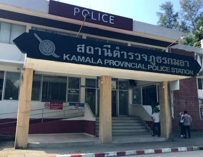 des parents chinois pr sentent quatre polices d 39 assurance vie la police de kamala. Black Bedroom Furniture Sets. Home Design Ideas