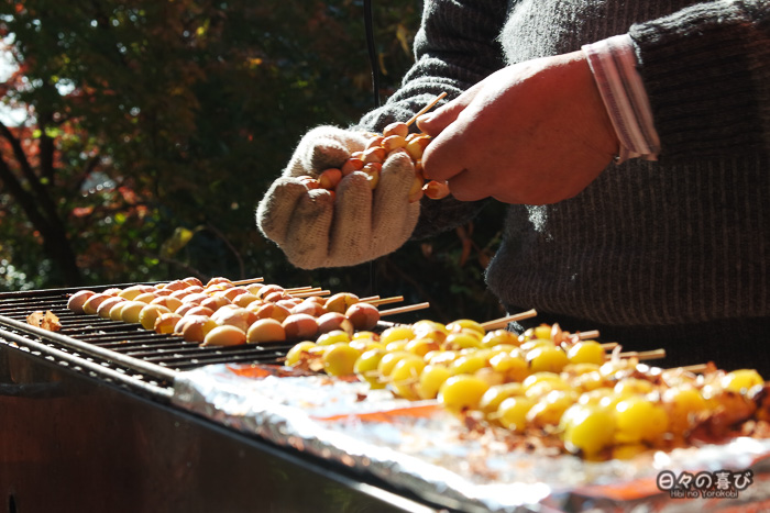Cuisson de brochettes de raisins à Kunenan, Kanzaki, Saga