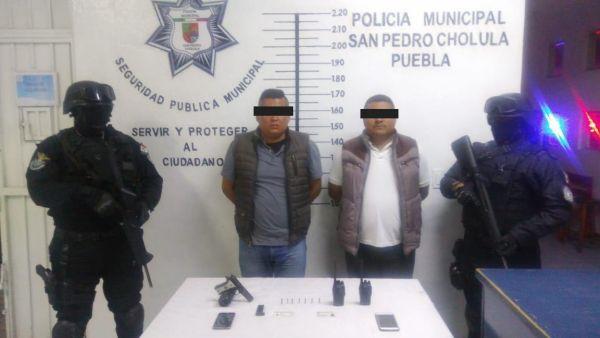 Policía asegura en Cholula a 2 individuos con arma de fuego