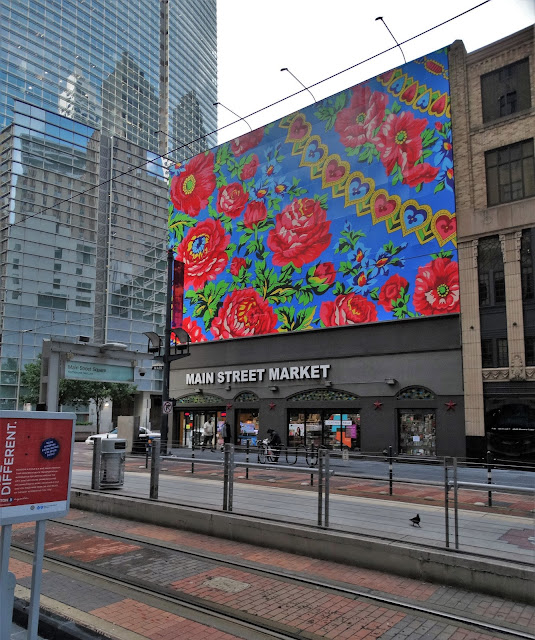 Main Street Art - Houston Texas - Store with large roses-and-hearts mural