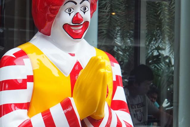 Ronald-McDonald-thailand-wai タイのドナルド・マクドナルド