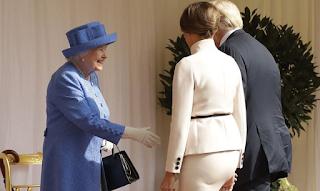 Ο Τραμπ τα έκανε... σαλάτα στη συνάντηση με την Βασίλισσα: Έσπασε 3 φορές το πρωτόκολλο