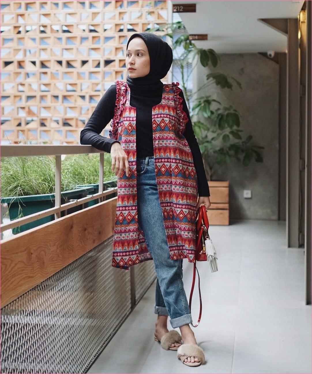 Outfit Celana Jeans Untuk Hijabers Ala Selebgram 2018 mangset kerudung segiempat hijab square hitam outer slingbags merah tua pants jeans denim sandals loafers and slip ons krem ootd trendy