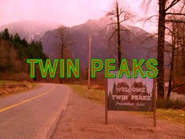 Primera escena de la serie Twin Peaks que muestra los créditos remarcados en verde fosforescente sobre un fondo de montaña y una estrecha carretera con una curva cerrada.