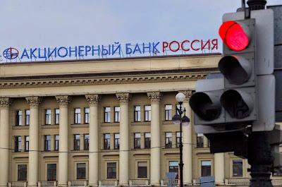 """O Banco Rossiya é uma das peças chaves para jugular a economia a serviço do czar da """"nova URSS"""". Sede de São Petersburgo"""