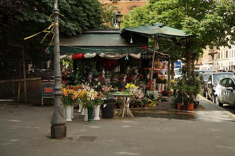 Blumenstand/ -verkauf auf den Straßen Roms im Juni | Flower shop in the streets of Rome