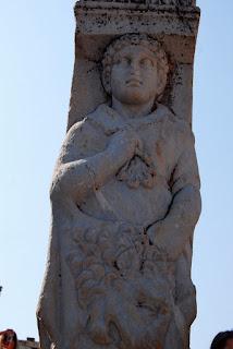 un des deux piliers qui forment la porte d'Hercule, la partie haute de la rue des Courètes