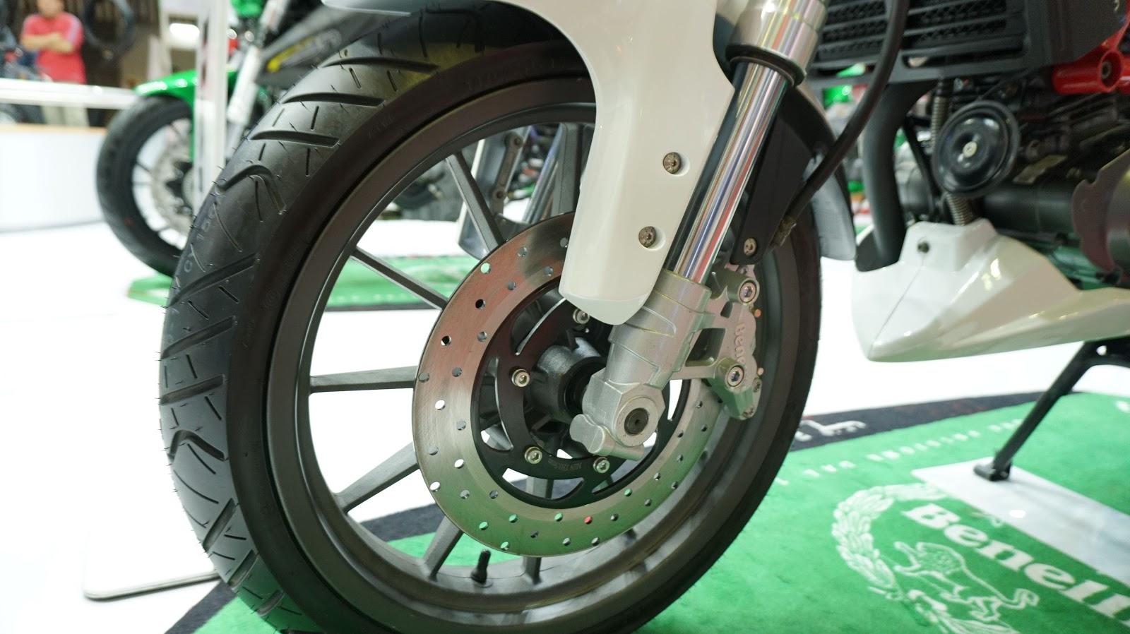 Bánh trước một đĩa phanh, hệ thống giảm xóc hành trình 120 mm, bánh xe khá hầm hố, vành chắc chắn