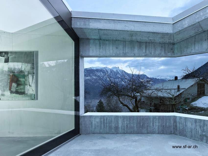 Terraza balcón en casa contemporánea de hormigón armado en Suiza