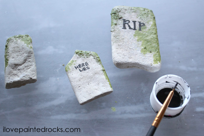 Creepy painted rocks for Halloween - how to paint rocks to look like gravestones. #halloweencraft #paintedrocks