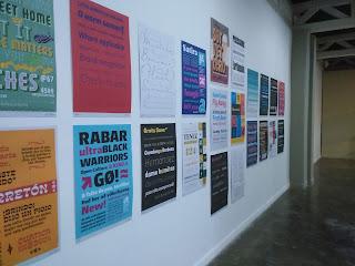Foto de varios afiches que muestran distintos tipos de tipografias en el Museo Carlos Cruz Diez