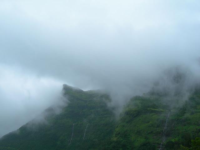 2300 फ़ीट की ऊंचाई पर बसा भारत का सबसे भयानक किला । Kalavantin / Prabalgad Trek