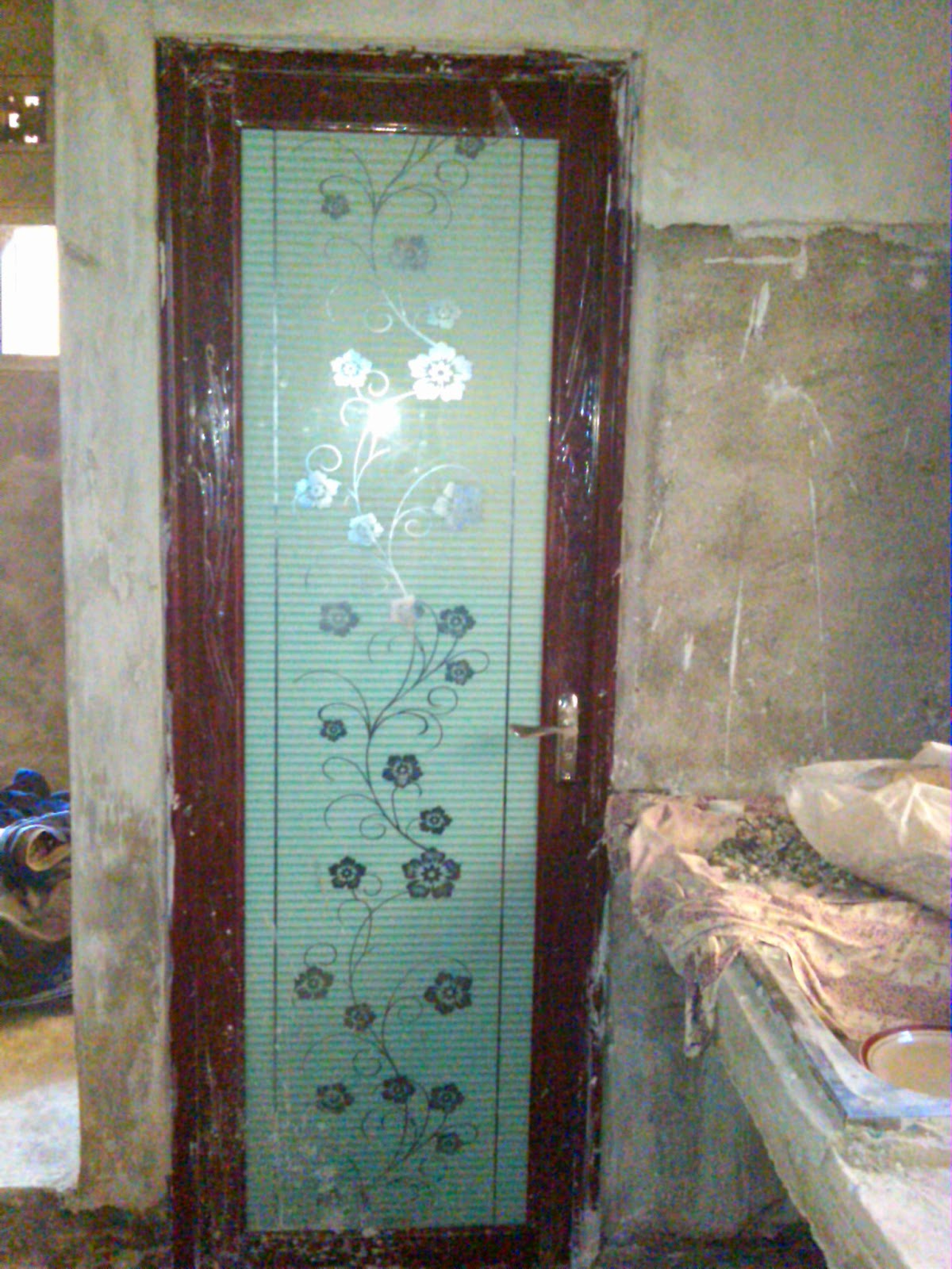 contoh gambar pintu kamar mandi yang baru saja dipasang