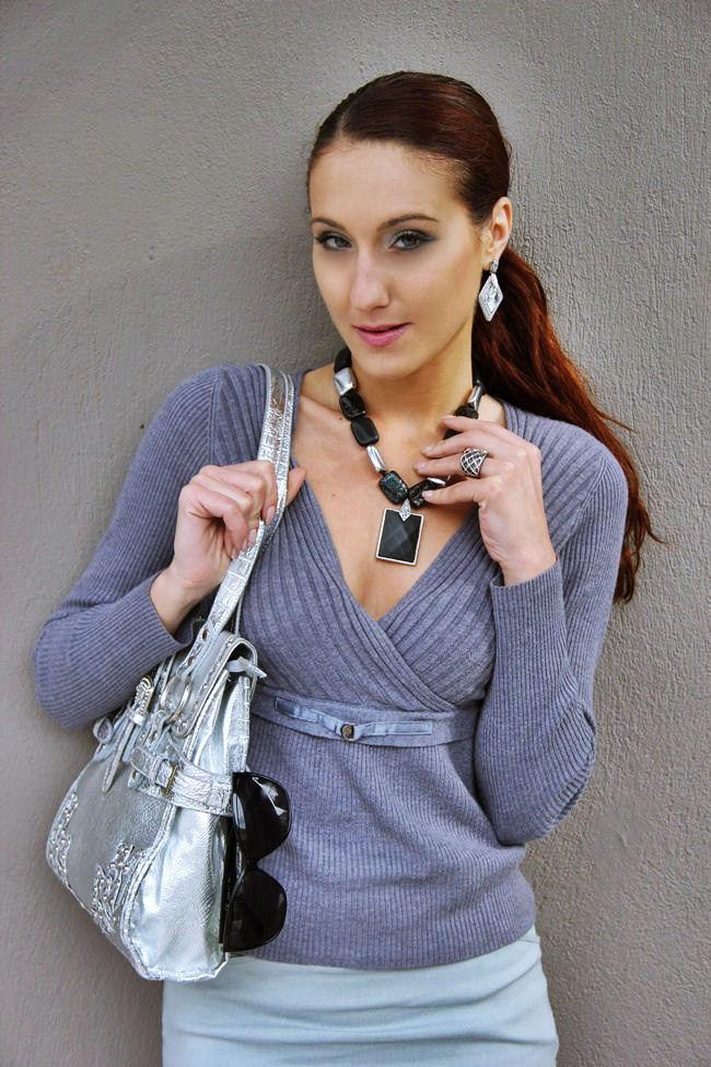 sivi outfit siva bluza siva suknja sive cipele srebrno crni nakit