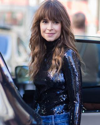 blusa con lentejuelas negras elegante con jeans de mezclilla