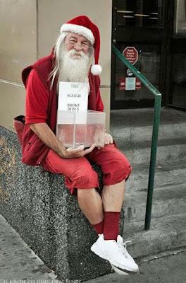 Spenden zu Weihnachten sammeln - Weihnachtsmann mit echtem Bart lusti
