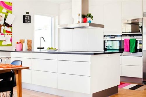 cocina blanca con accesorios de color