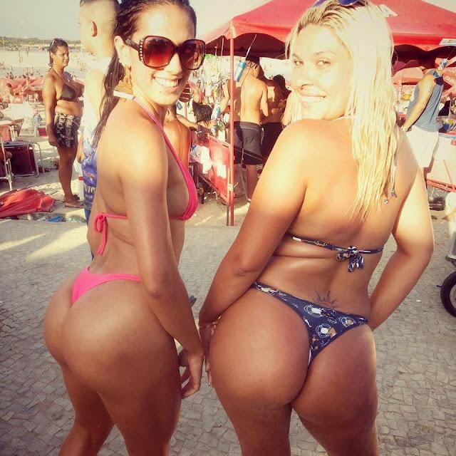 Amigas mostrando a bunda na praia