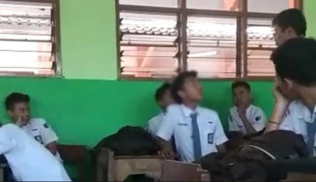 Video Kontroversi Seorang Guru Agama Hajar Muridnya Karena Tak Ikut Sholat di Sekolah