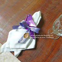 Venta decorador de bodas para mesa de recepción ven de Servilletero de listón marcado con sello de lacre y pájaro color morado. para bodas en Guatemala  La Fabrica de Bodas