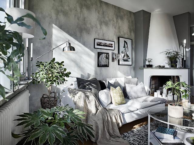 tapeta w stylu skandynawskim, biała kanapa, kominek