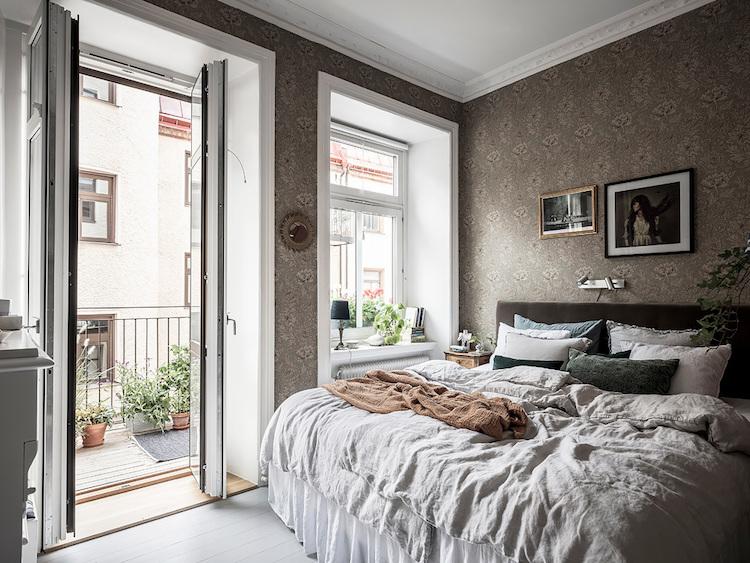 Dormitorio con papel pintado clásico de William Morris