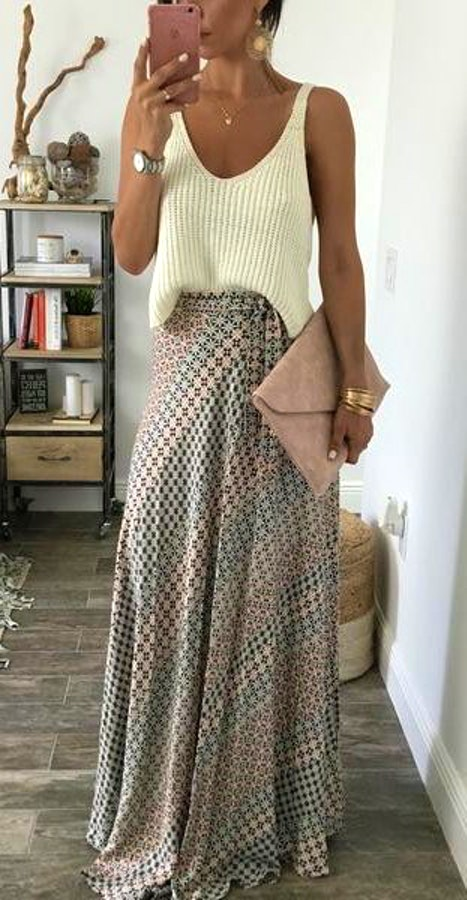 amazing outfit idea / white top + clutch + maxi printed skirt