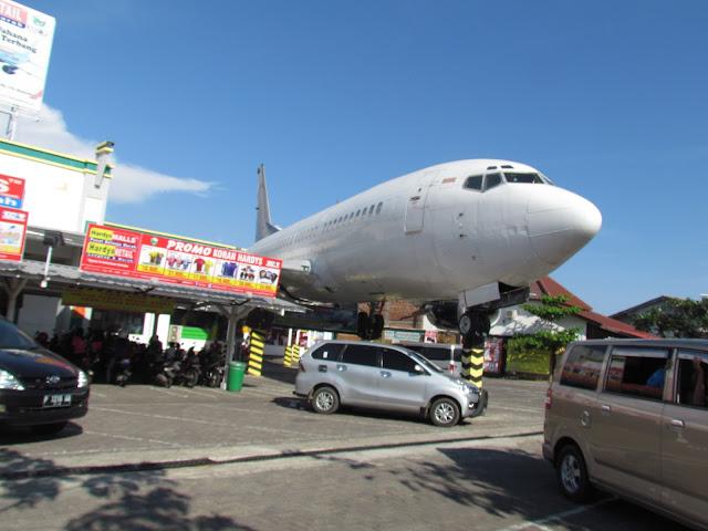 Pesawat Parkir di Depan Mall, Tiada Lagi Selain di Banyuwangi