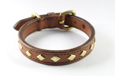 Collare taglia S in cuoio marrone con borchie a rombo e fibbia in ottone.