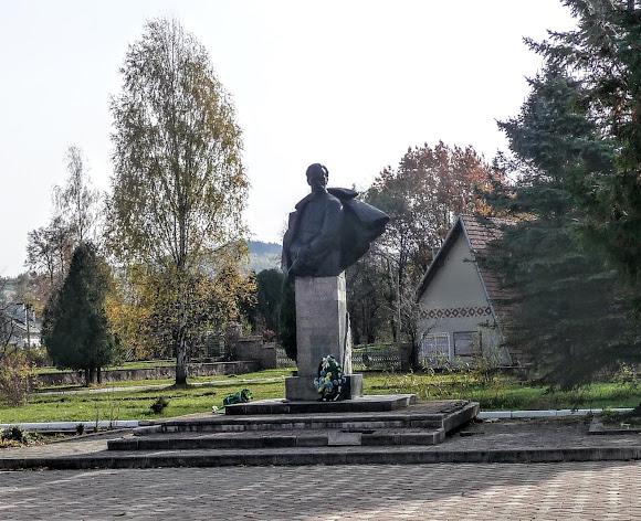 Посёлок Выгода. Памятник Франко
