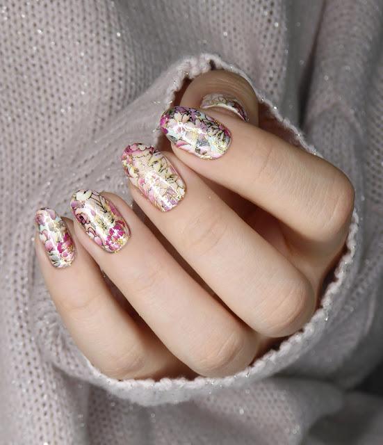 kwiatowe naklejki na paznokcie