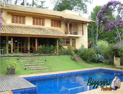 Construção da piscina com a construção da residência com as escadas de pedra, os caminhos de pedra e o deck de madeira. Construção em condomínio em Atibaia-SP.