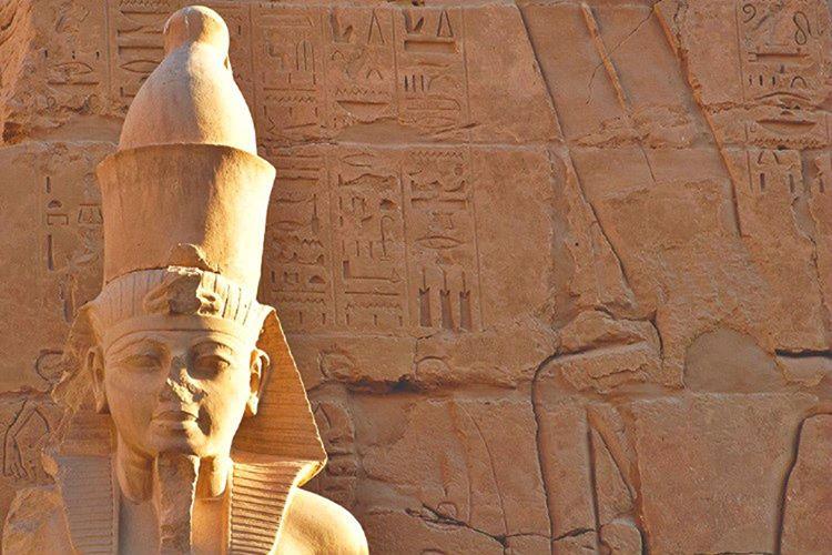III. Thutmose hükümdar olduğunda Hatşepsut'a ait tüm izleri sildirmek istedi.