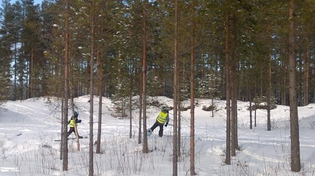 lumikengät metsässä